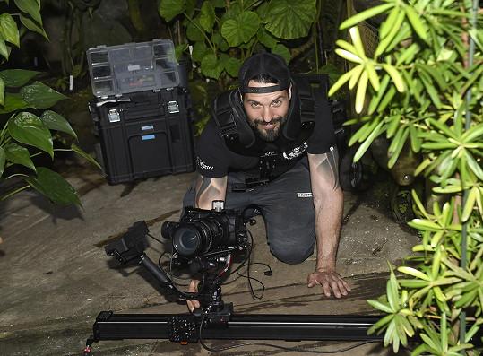 Více se věnuje natáčení.