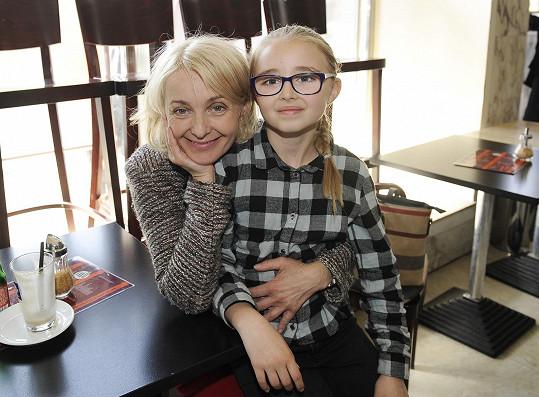 Kordula s matkou Veronikou Žilkovou na akci k filmu Jak se zbavit nevěsty, ve kterém si jako malá zahrála