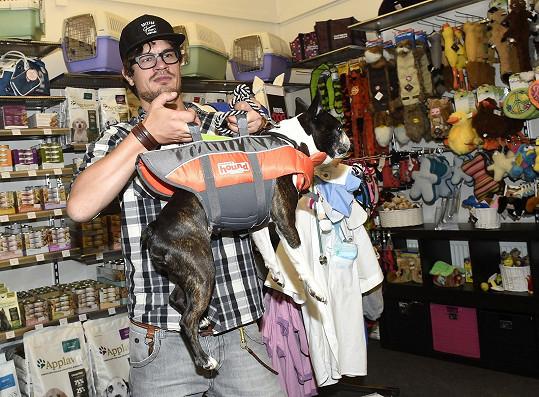 Hugo si nechal vyzkoušet i různé psí vychytávky jako plovací vestu.