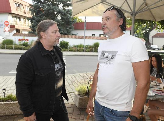 Na párty v průhonické creperii, kde se setkal s řadou kolegů (na snímku s Petrem Kolářem), už ale dorazil v plné kondici.