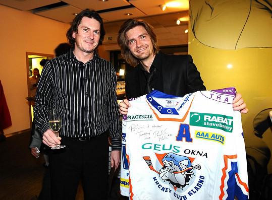 Martin Procházka přinesl jako dárek podepsaný dres.