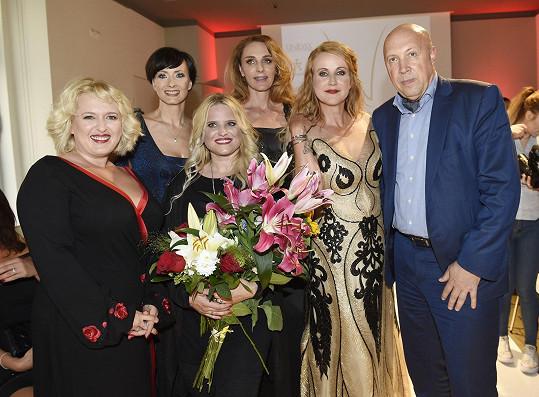 Modelky z řad celebrit s návrhářkou a starostou Prahy 1 Oldřichem Lomeckým.
