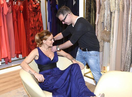S výběrem jí pomáhal stylista Martin.