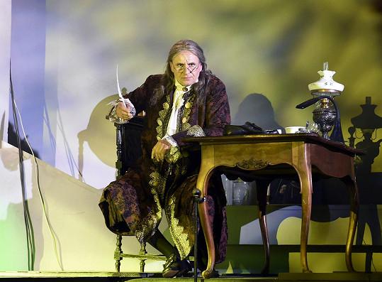 V muzikálu Robinson Crusoe hraje spisovatele Daniela Defoa.