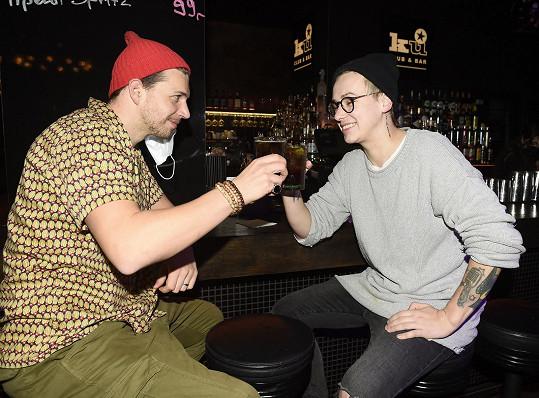 Na drink vyrazili i jeho kolegové z Divadla Broadway Peter Pecha a Vojta Drahokoupil.