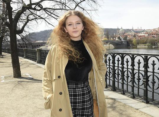 Zpěvačka Leeloo je devatenáctiletá Jana Koptová, dcera známého hereckého páru.