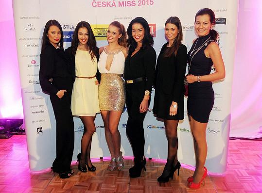 S kolegyněmi ze soutěže Monikou Leovou, Lucií Kovandovou, Nikolou Buranskou a Janou Doežalovou, která kdysi vyhrála konkureční Miss ČR.