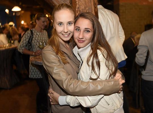 Denisa Grossová s mladší sestrou Natálkou (vpravo)