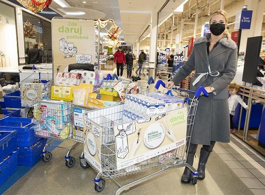 Babišová se zapojila do sbírky potravin, která pomůže zajistit lepší Vánoce lidem v nouzi.