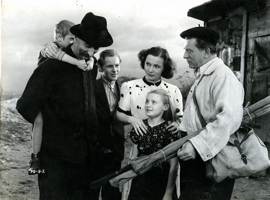 První hlavní roli hrála hned po příchodu do Prahy ve filmu Druhá směna (1940). Na snímku s Jindřichem Plachtou, Vladimírem Salačem a Zdeňkem Štěpánkem.