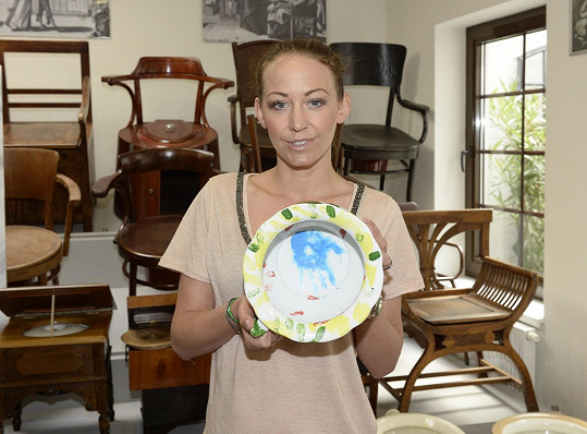 Agáta namalovala nočník pro nadaci Mathilda, která se stará o zrakově postižené.
