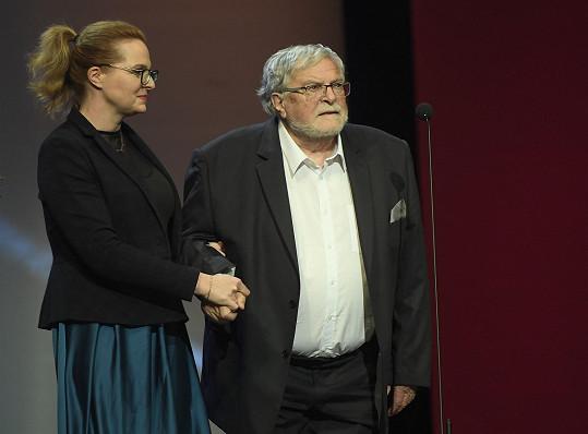 Čerstvého vdovce po Nině Divíškové, který už špatně chodí, musela na jeviště Národního divadla doprovodit jedna z jejich třech dcer.