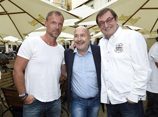 S kamarádem Michalem Davidem a skladatelem Zdeňkem Bartákem na párty Dětí ráje