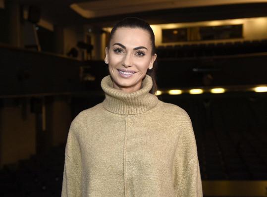 Modelka se připravuje na muzikálovou roli v novém představení Kvítek mandragory.