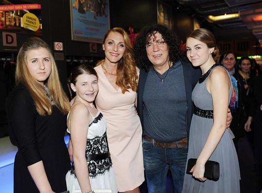 Richard a jeho ženy - přítelkyně Markéta, dcera Viktorka a další mladé dámy.