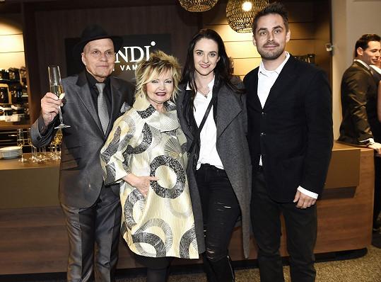 Libuška Vojtková s partnerem Zdeňkem Rohlíčkem, Evou Hruškovou a Janem Přeučilem