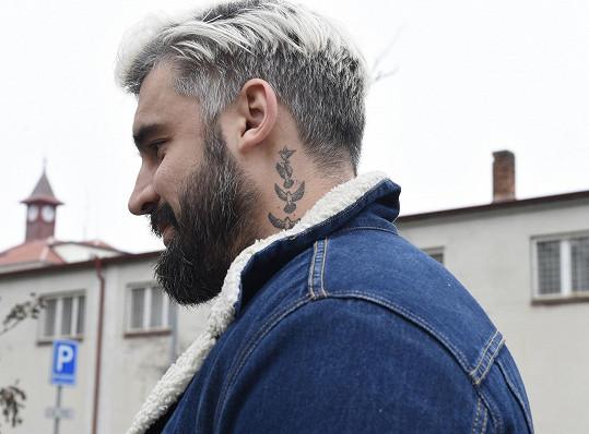Dozorce nesmí mít tetování, Pepa dostal od ředitele výjimku.