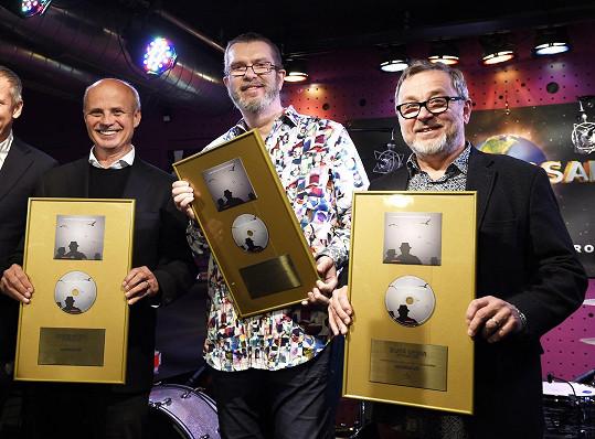Michal Horáček, Richard Müller a Michal Pavlíček převzali zlatou desku za album Sociální síť.