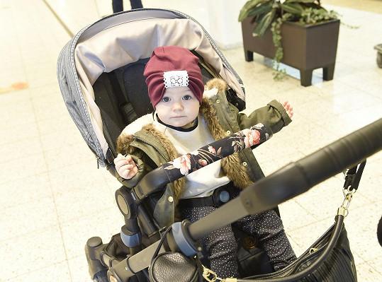 """Do """"boho"""" stylu oblékají rodiče také roční Rosálii."""