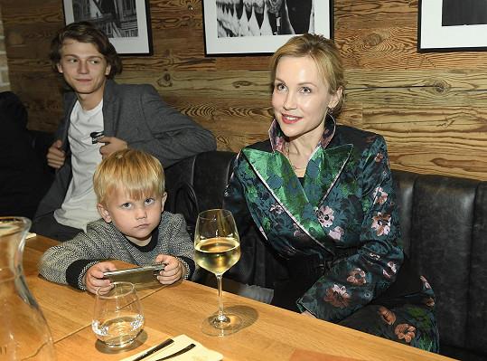 Film už viděla, takže přišla jen kvůli ceremoniálu. Vzala s sebou nejmladšího syna Matyáše.