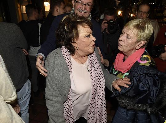Potkala se i s Jiřinou Bohdalovou, která po zranění chodí o berli.
