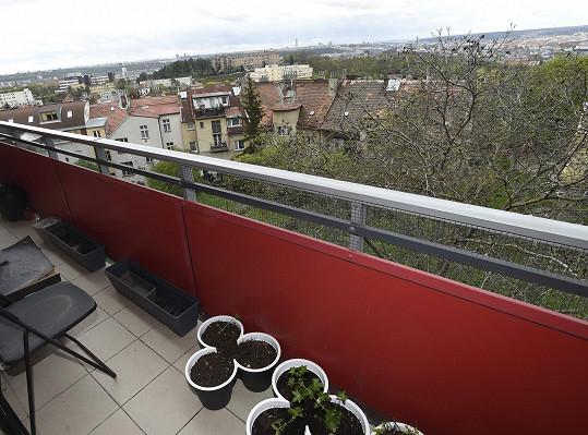 Podél bytu má Jenda Jirka velký balkon.