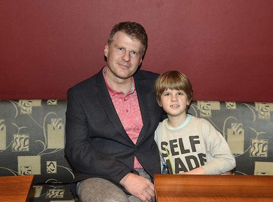 Jejím seriálovým manželem se stal Petr Batěk, který na tiskovou konferenci dorazil se synem Péťou.