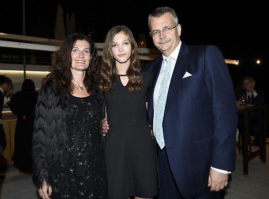 Jana s rodiči po vítězství v Praze