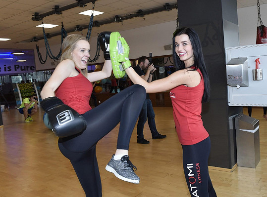 Děvčata zavzpomínala na trénink thajského boxu, který absolvovala na soustředění v Thajsku.