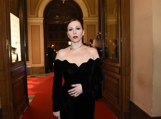 Zuzana Stivínová měla šperky stejné značky, černé sametové šaty si koupila v charitativním obchodě Sue Ryder.