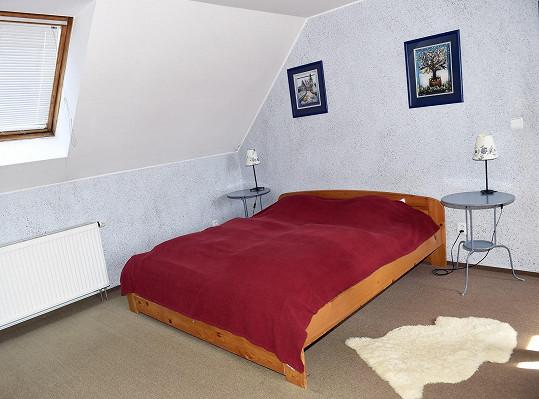 Jednoduchá ložnice v podkroví.