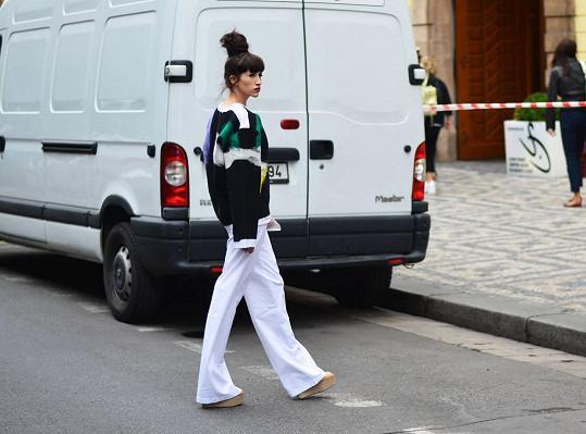 Neoblékala pouze šaty. Na prezentaci studentských prací zvolila mikinu od Karolíny Juříkové a kalhoty Moniky Krobové.