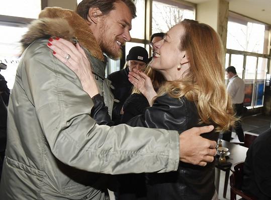 Vojta se zdraví s tvůrkyní filmu Andreou Sedláčkovou.