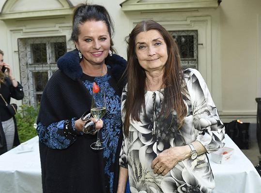 Na degustaci moldavských vín jí místo manžela dělala společnost kamarádka a zpěvačka Miluše Voborníková.