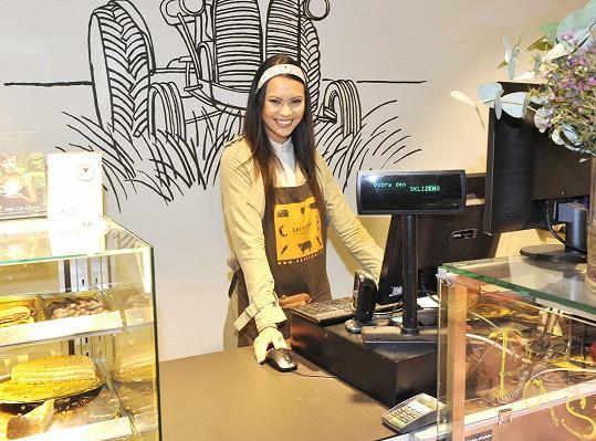 Monika za pultem obchodu s potravinami