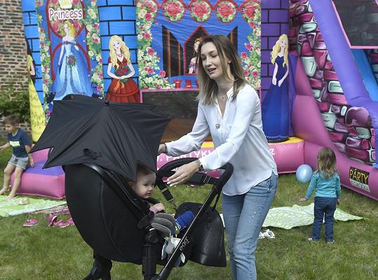 Dominika vyrazila se synem na děstský den v podolské porodnici.