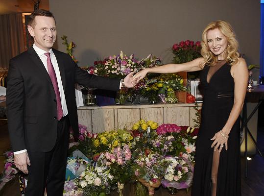 Dostali obrovské množství květin.