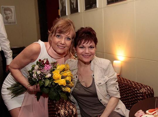 Simona Postlerová s Jarmilou Švehlovou po premiéře v Divadle Palace. Obě by mohly dávat rady mnohem mladším dívkám.