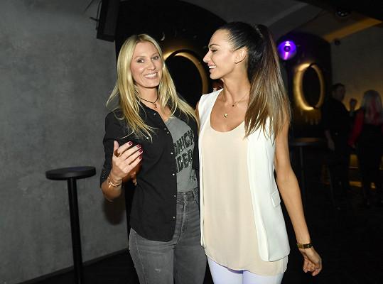 Kateřina Průšová a Eliška Bučková vyrazily na dámskou jízdu do baru.