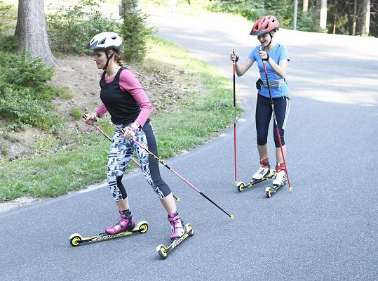 Trénovat se dá i v létě bez sněhu, dámy obuly lyže na kolečkách.