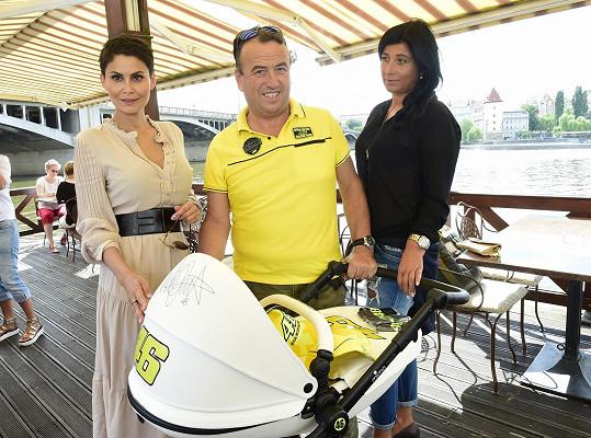 Předali jí ho Jana Zhánělová a prezident Rossiho fanklubu Rino Salucci.