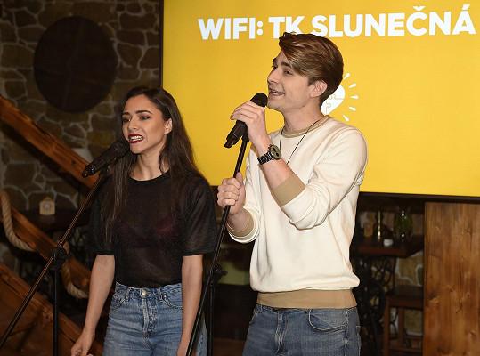 Společně nazpívali i úvodní song k seriálu.