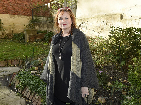 Půvabná herečka Kamila Špráchalová se se vztahy nepáře.