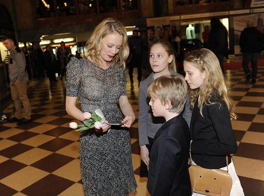 Linda s dcerami Rozárkou a Josefínou a synem Františkem před kinem