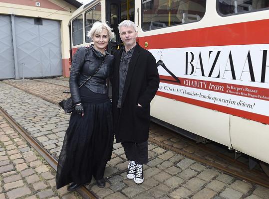 Odpoledne trávila Bára v tramvaji na Bazaar Charity. Dorazil i ředitel Týdne módy Lukáš Loskot.