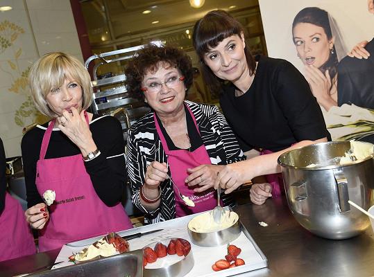S Janou Bouškovou a Lenkou Vlasákovou se učily jahodový dort.