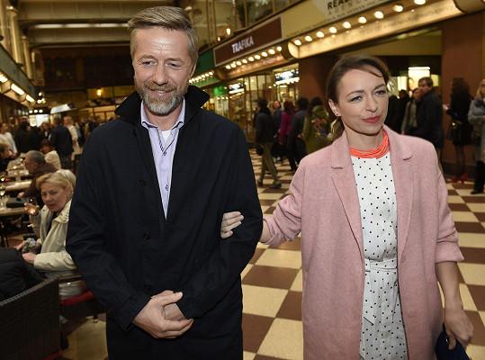 Jiří Langmajer s Tatianou Vilhelmovou, která mu ve filmu hraje manželku.