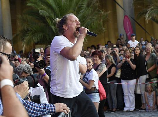 Kousek dál na Mlýnské kolonádě vystupoval Tomáš Klus.