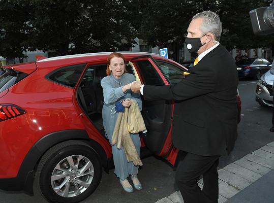 Iva Janžurová při příjezdu do pražského Slovanského domu, kde filmový festival Febiofest probíhá.
