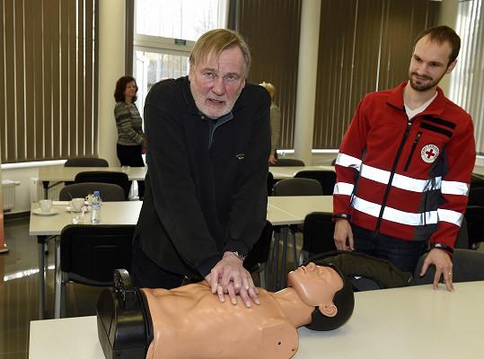 Na natáčení seriálu Modrý kód se Štěpnička ledasčemu přiučil. I během školení, které absolvoval v rámci propagace nové kampaně, se dozvěděl mnoho podstatných rad, jak zachránit lidský život.